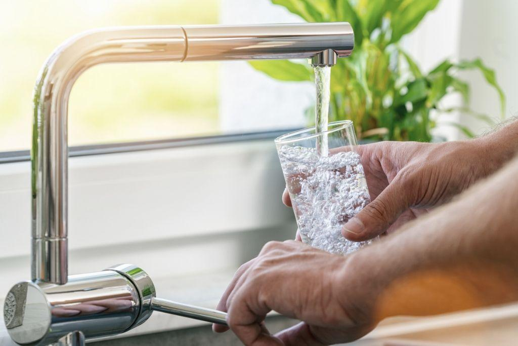 Vettä lasketaan hanasta lasiin