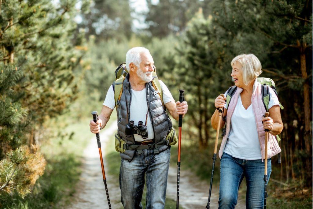 Iäkkäät ihmiset kävelyllä metsässä