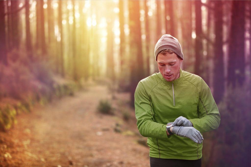 Raudanpuutteelle alstis kestävyysurheilija lenkillä metsässä.