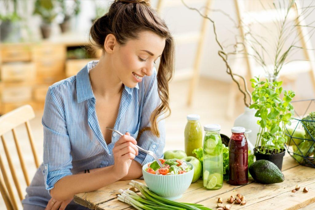 IBD ruokavaliota noudattava nainen syö salaattia.