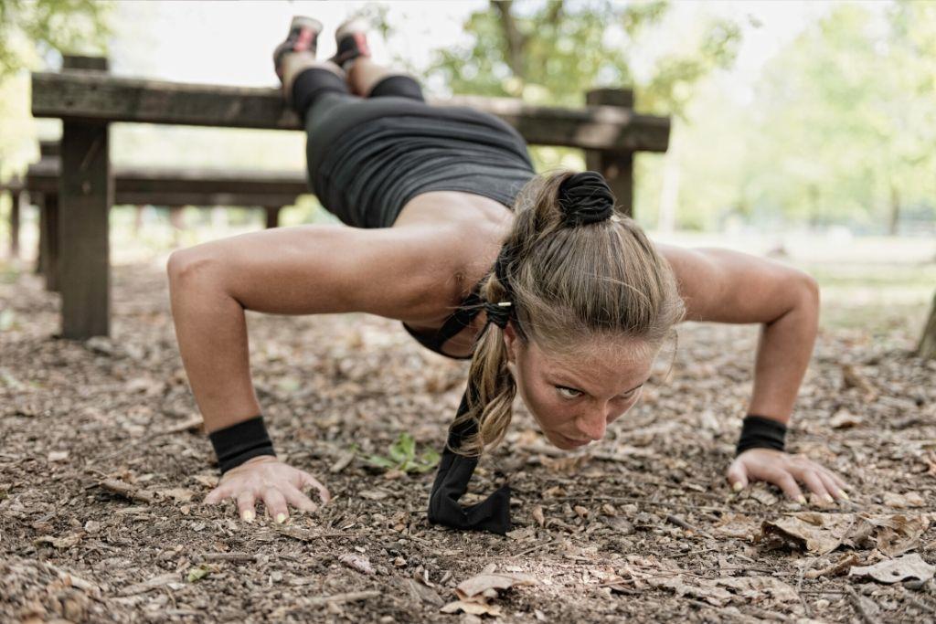 Nainen treenaa kovaa