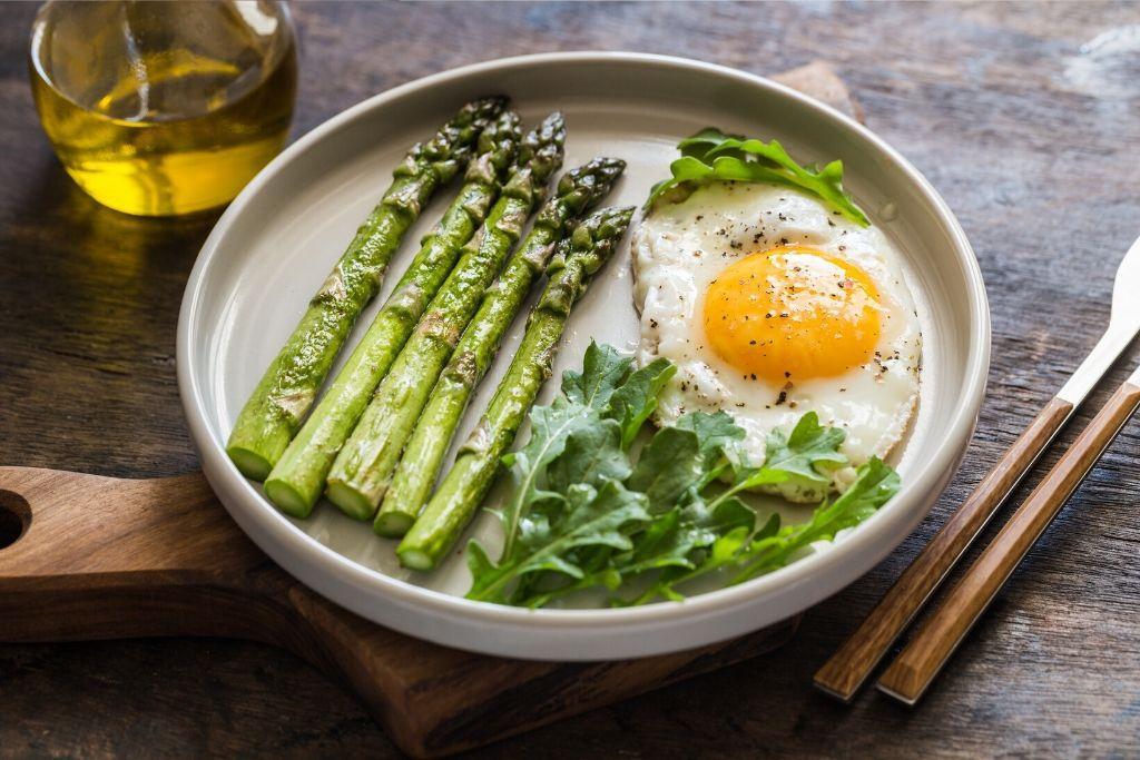 Ketogeeniseen ruokavalioon kuuluvia parsaa, kananmunaa ja öljyä.