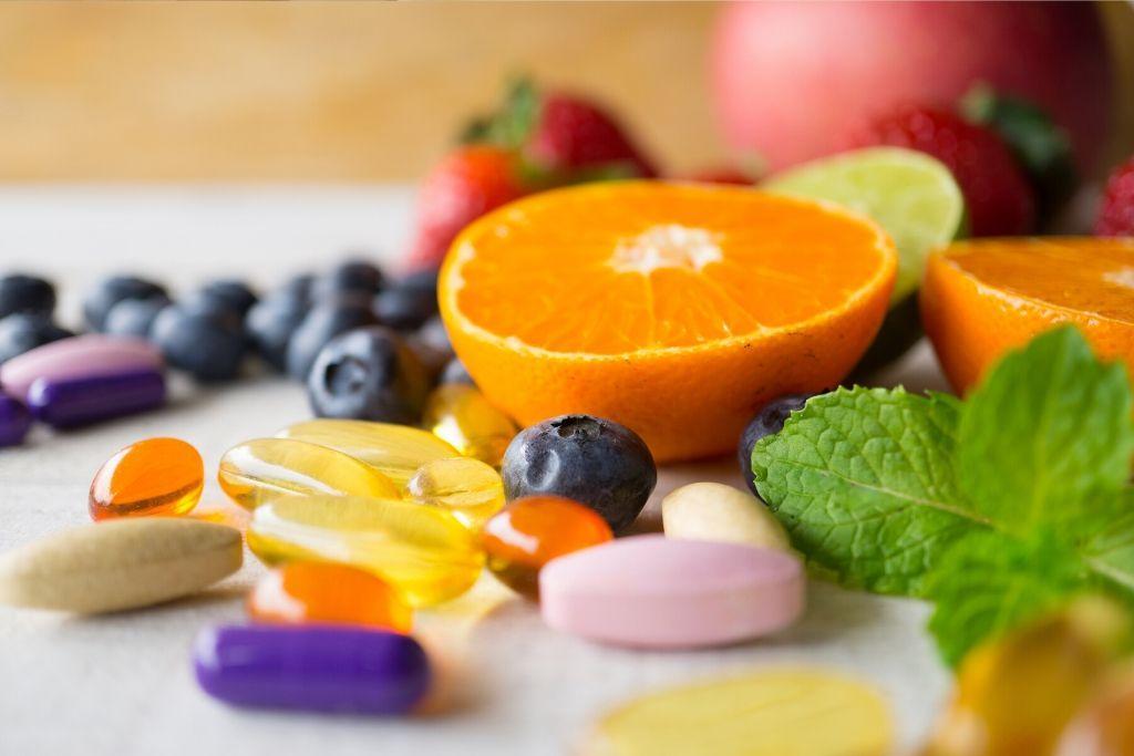 Monivitamiini lisäravinteita, hedelmiä ja marjoja