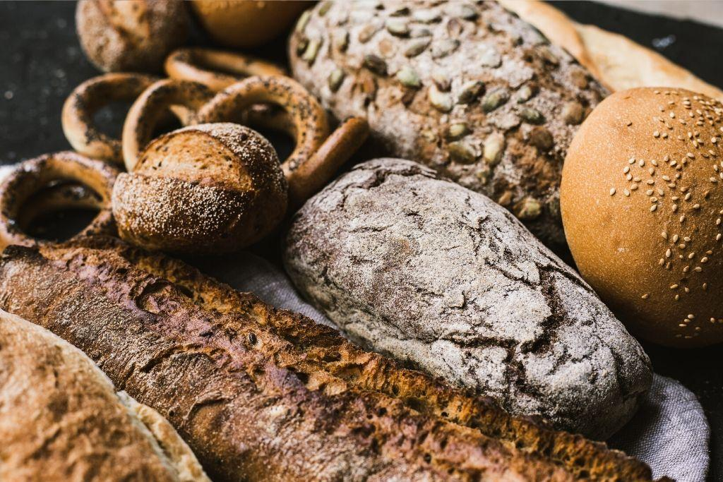 Täysjyvästä tehtyjä leipiä ja sämpylöitä.