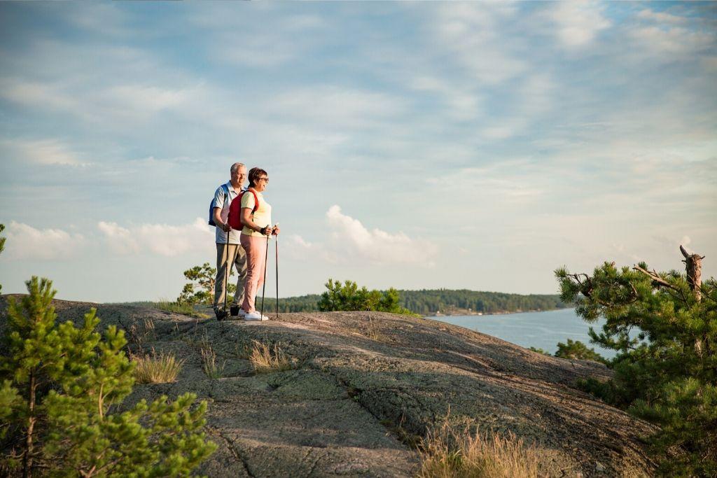 Nainen ja mies kalliolla
