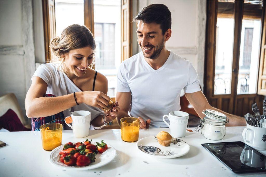 Nainen ja mies syövät aamupalaa.