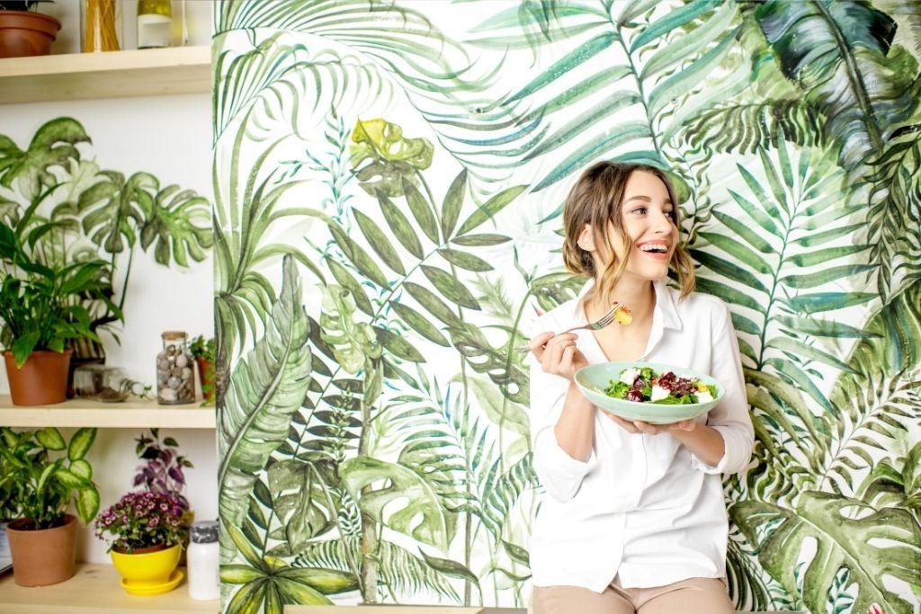 Nainan syö jaksamista edistävää terveellistä ruokaa.