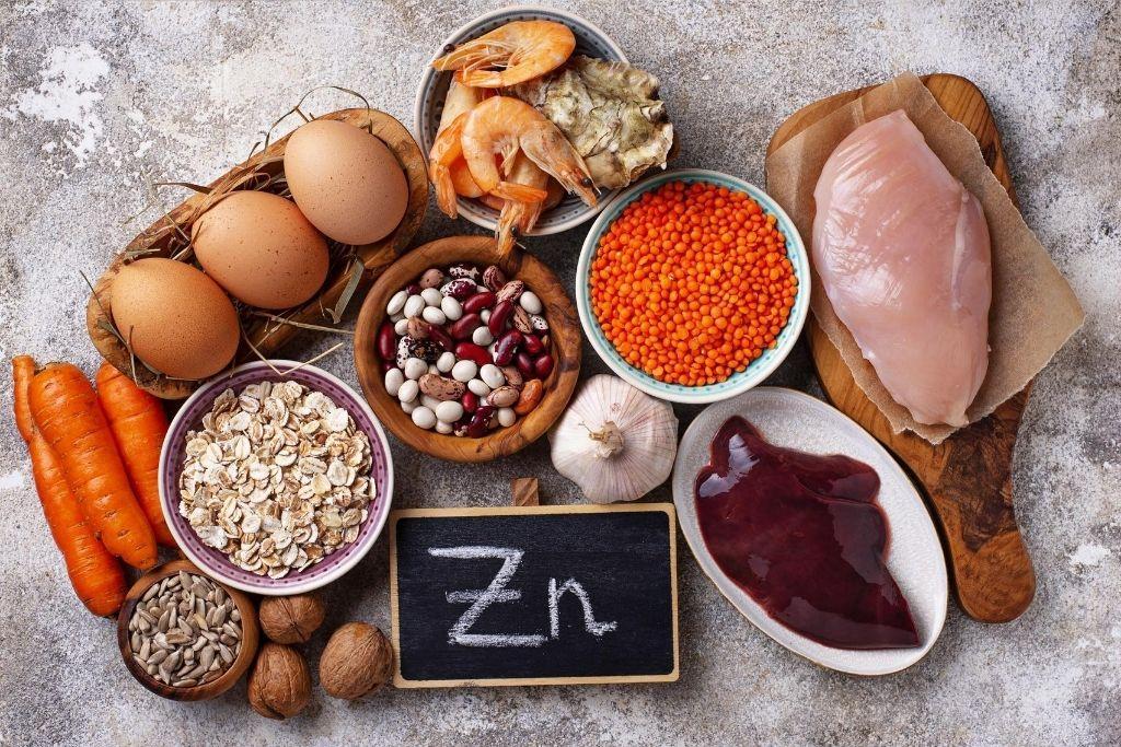 Sinkkipitoisia ruokia, kuten palkokasvit, täysjyvävilja ja liha, esillä.