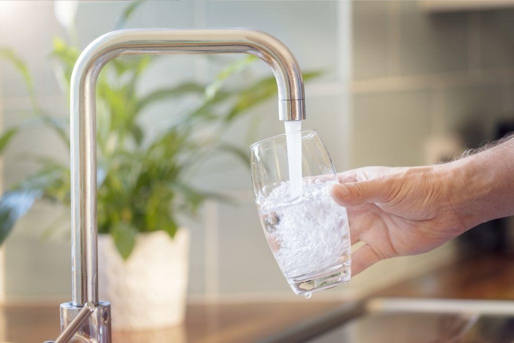 Ripulin kotihoitoon tarvittavaa vettä lasketaan lasiin.