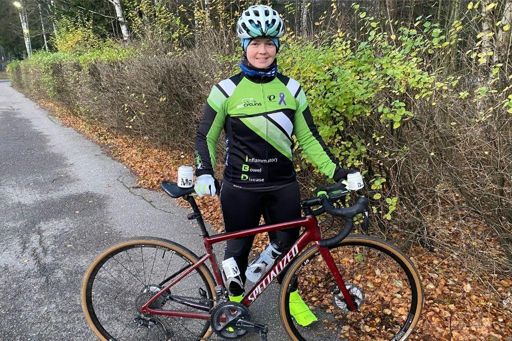 Tiina Krusberg poseeraa pyöränsä kanssa.
