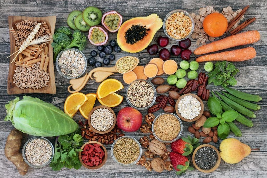Ummetuksen avuksi syötäviä kuitupitoisia ruokia pöydällä.