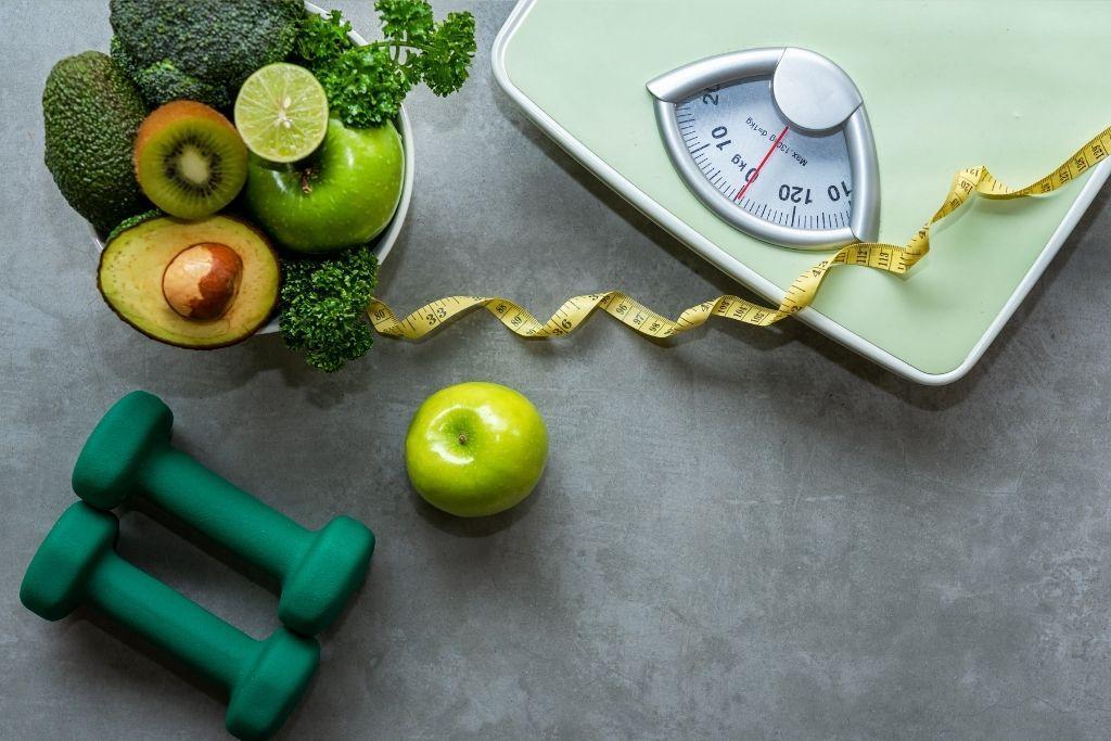 Vaaka ja vihanneksia painonpudotuksen tueksi.