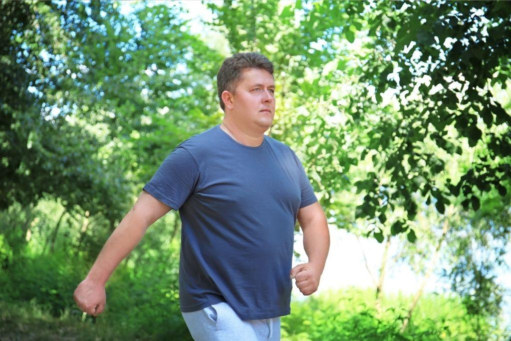 Mies kävelee painonpudotuksen tueksi.