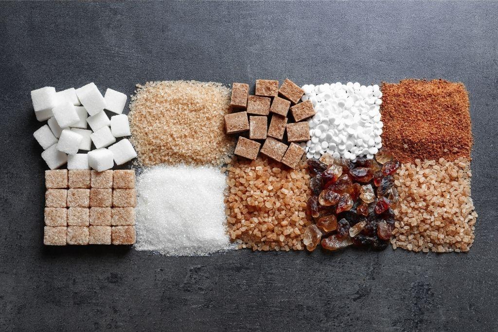 Sokeria ja keinotekoisia makeutusaineita vierekkäin.