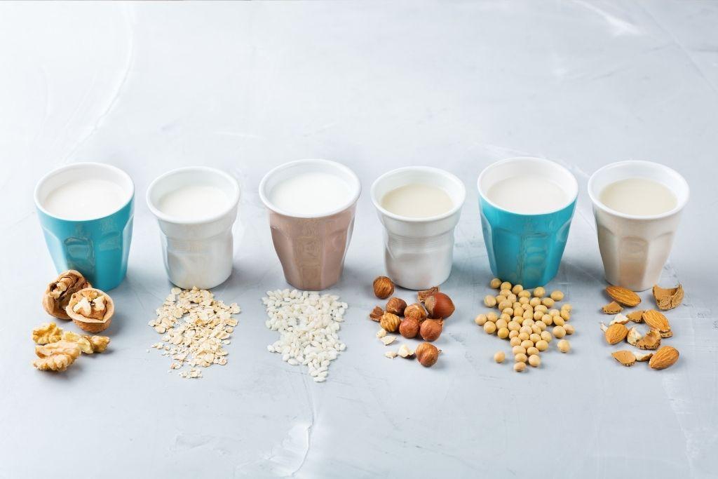 Maitoallergiselle sopivia kasvipohjaisia maitoja mukeissa.