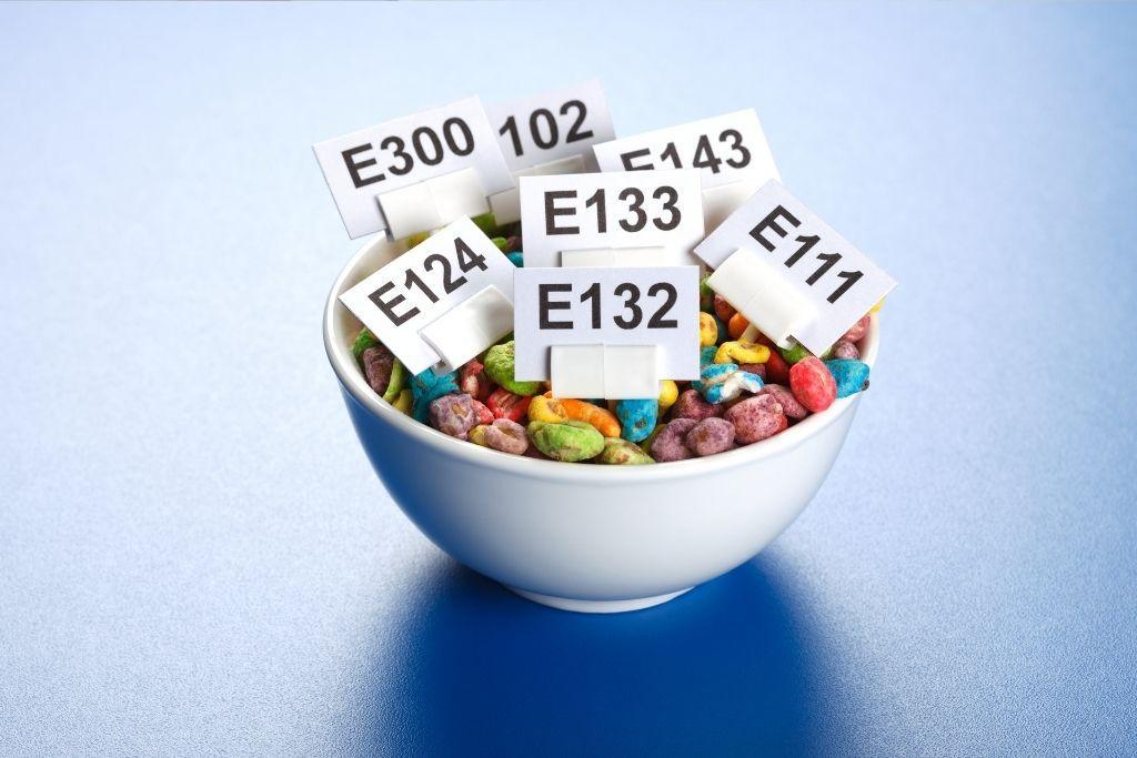 Kulhollinen karkkeja, joissa on käytetty elintarvikevärejä.