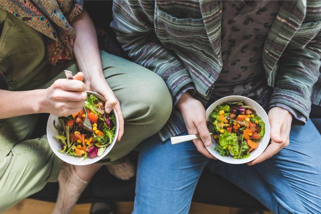 Ohutsuolen hyvinvointia edistävää kasvisruokaa kahden ihmisen lautasella.