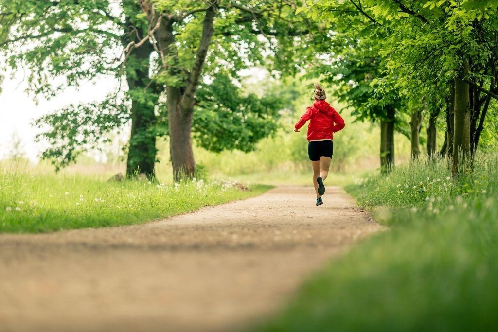 Kestävyysjuoksija lenkillä, ei magnesiumpuutosta!