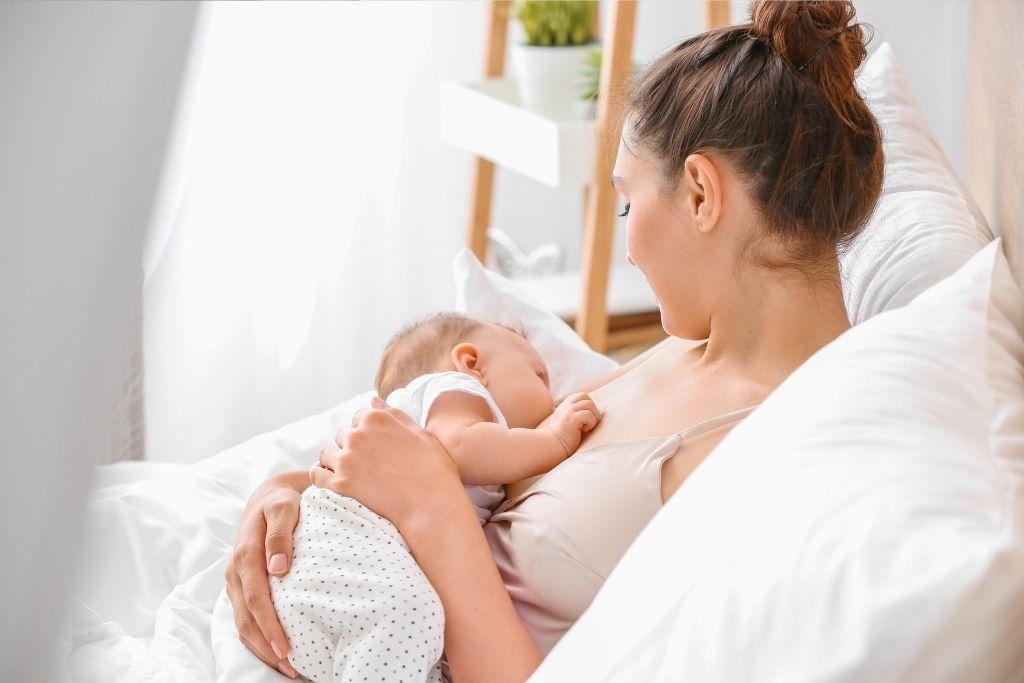 ÄIti imettää vauvaansa.
