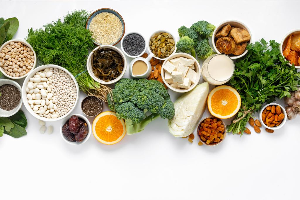 Erilaisia kalsiumia sisältäviä ruokia.