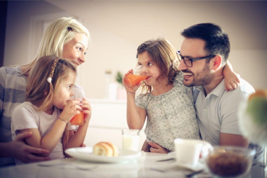 Perhe aamupalalla